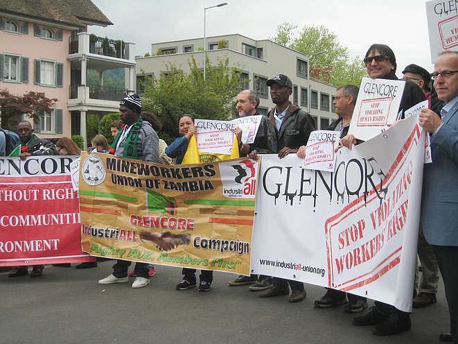 Die Protestierenden vor dem Casino in Zug mit Transparenten: Stop violating workers rights